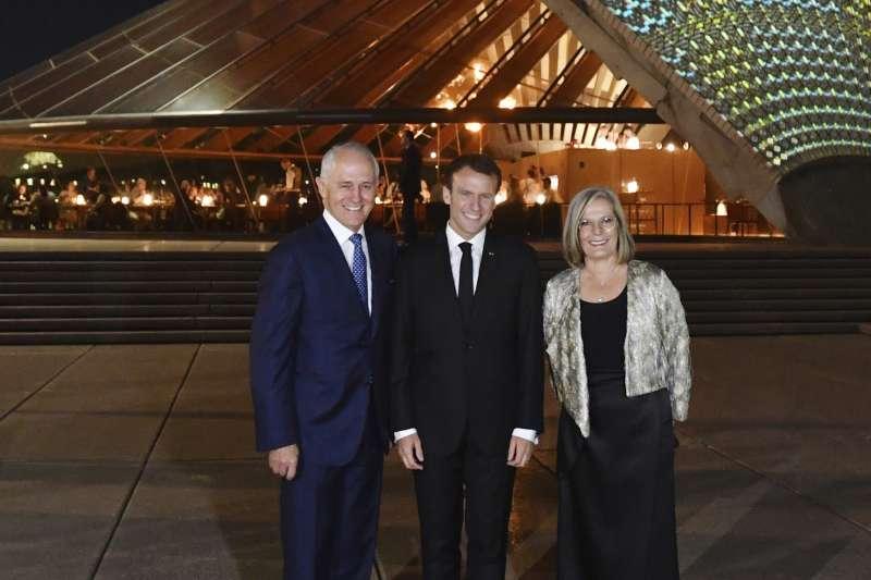 法國總統馬克宏(中)誇讚澳洲總理騰博的夫人露西(Lucy Turnbull)「秀色可餐」(AP)