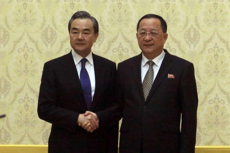 2018年5月2日,中國外交部長兼國務委員王毅訪問平壤,與北韓外相李勇浩進行會談,並晉見金正恩。(AP)