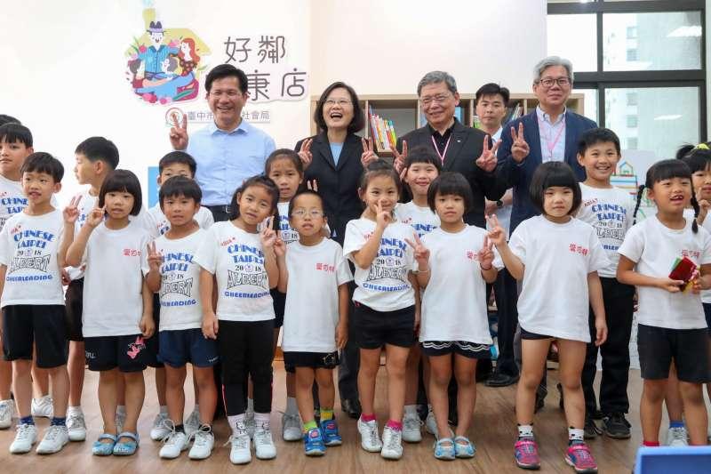 總統蔡英文(後左二)3日與台中市長林佳龍(後左一)一同參觀台中市豐原安康段社會住宅。(台中市政府提供)