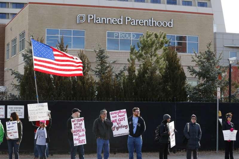 墮胎權向來是美國社會爭議的話題,圖為2017年2月11日,支持墮胎權的團體在丹佛抗議。(AP)