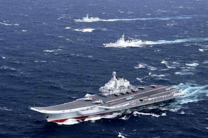 中國的遼寧號航母及其艦隊在南中國海地區進行演習。