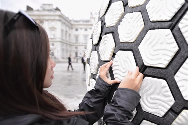 TRASHPRESSO回收站無須外接電源,依靠太陽能即可自給自足回收寶特瓶,為塑料環保再生添多了一份想像。(圖/截自Youtube)