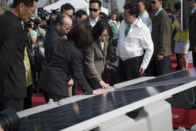 2017.03.28總統參訪「埤塘光電綠能計畫」。(圖/總統府@flickr)