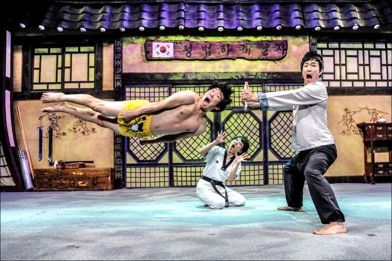 『JUMP』是韓國傳統武術融合高難度特技與爆笑的喜劇表演,武功高強的演員們在舞台上不靠任何輔助用品,就能輕易飛天遁地。  (示意圖,韓國觀光公社台北支社)