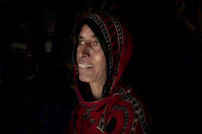 葉門母親泛淚說道:「為了孩子能吃飽,我寧願自己不吃。」(AP)