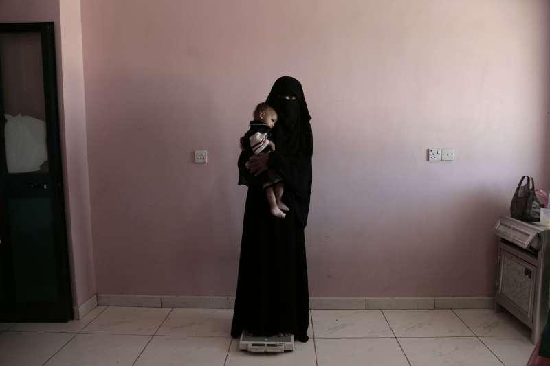 葉門母親抱著小孩(AP)