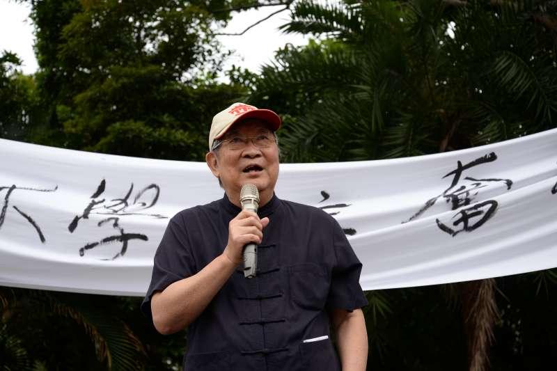 20180504-前台大哲學系教授王曉波參加台大「新五四運動」,抵達台大傅鐘。(甘岱民攝)