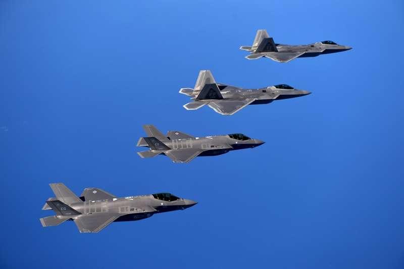 美軍最先進的空中主力戰機:F-22與F-35。(美國海軍官網)