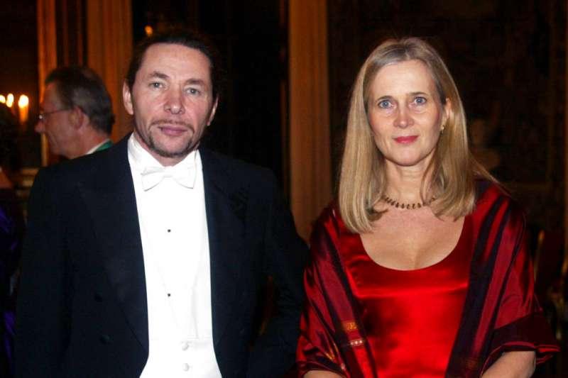 負責頒發諾貝爾文學獎的瑞典學院爆發性醜聞,瑞典學院4日宣布,將把今年度的文學獎,延至2019年頒發。圖為院士芙洛斯登松(Katarina Frostenson)與被控性侵的先生阿爾諾(Jean-Claude Arnault)。(AP)