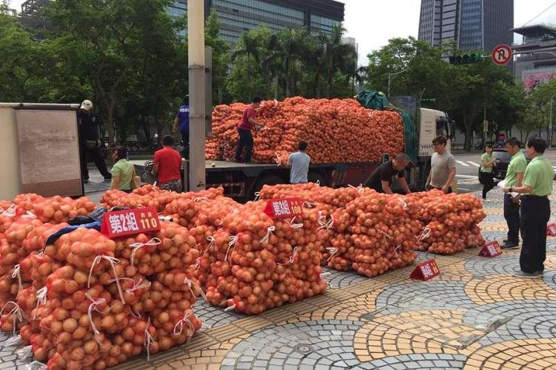 台北市長柯文哲向屏東農民認購500袋洋蔥,並提供給多間社福機構享用。(取自柯文哲臉書)