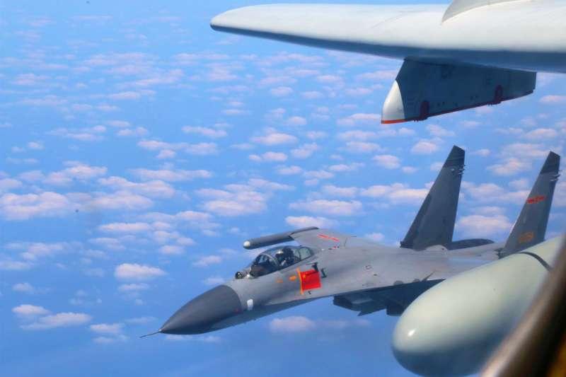 2018年4月26日,中國空軍轟-6K等多型戰機對台灣執行「繞島巡航」任務。(新華社)