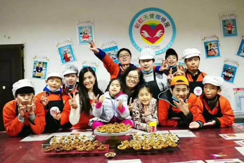 老師和孩子們在郊區農場開展義賣活動,彙聚社會愛心。(新華社)