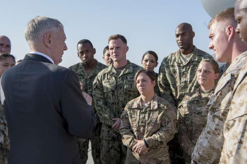 美國國防部長馬提斯2017年在美軍駐吉布地的基地視察。(美國國防部)