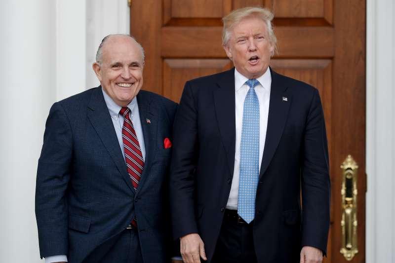 美國總統川普(右)與其好友兼親信、紐約市前市長朱利安尼( Rudolph Giuliani)(AP)