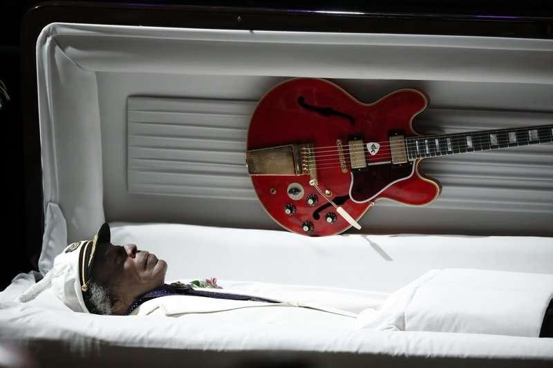 一代搖滾樂巨星「吉他之神」查克貝瑞(Chuck Berry)於2017年4月逝世,享壽90歲,當時擺放在他身旁的便是Gibson品牌的ES-335電吉他。(AP)