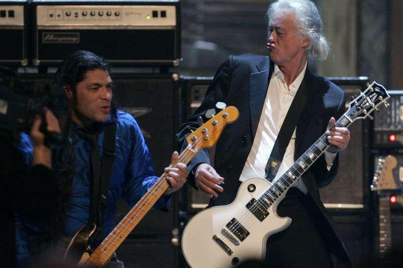 「吉他英雄」吉米佩奇(Jimmy Page,右)。(AP)