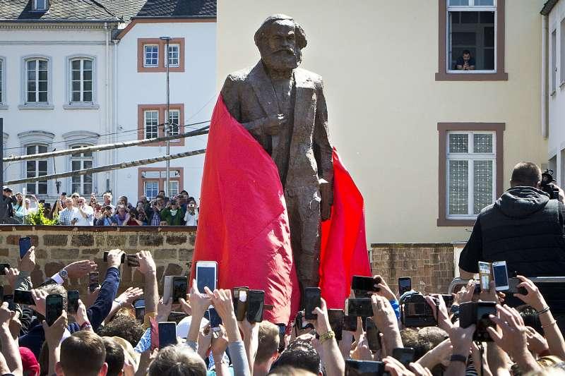 2018年5月5日,馬克思(Karl Marx)200年誕辰,中國捐贈的雕像在他的出生地特里爾(Trier)揭幕(AP)