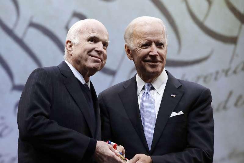 民主黨籍的美國前副總統拜登(右)與共和黨籍的資深參議員馬侃有深厚友誼(AP)