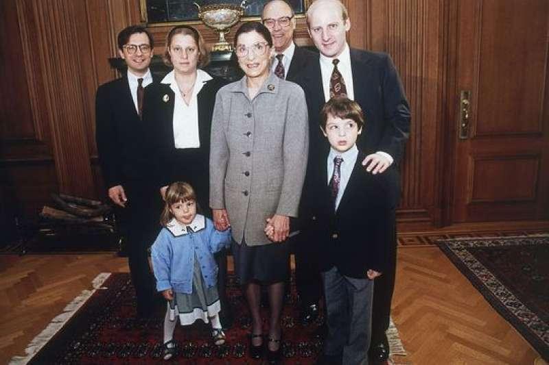 1993年,美國自由派大法官金斯堡(Ruth Bader Ginsburg)和家人的合照。(美聯社)