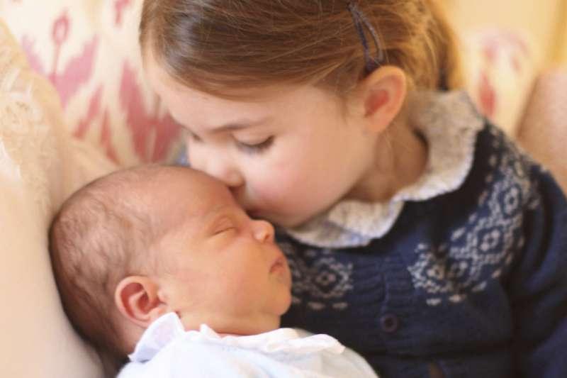 英國溫莎王室最新成員、路易王子(Prince Louis)與小姊姊夏綠蒂(AP)
