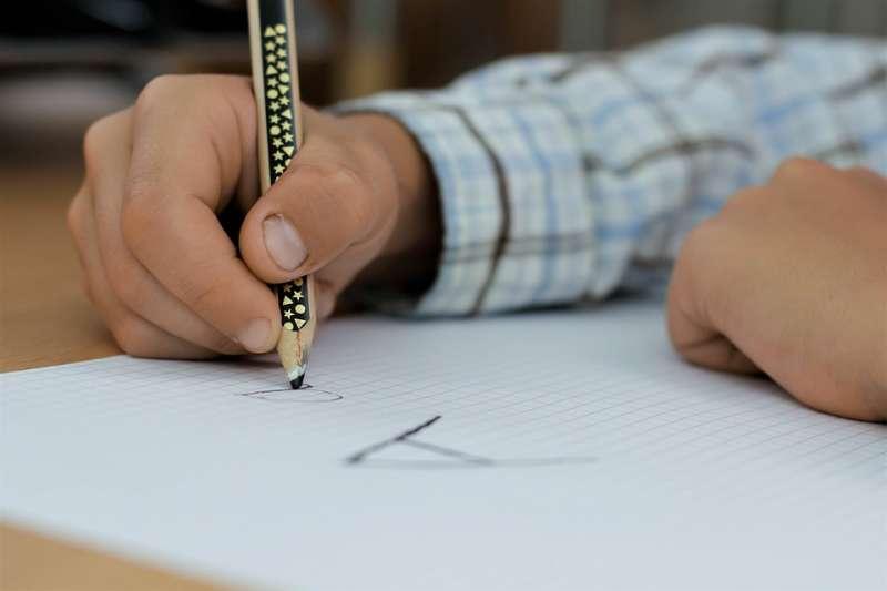 中小學校長的產生方式是考試,先筆試再口試,以此選拔一個管理眾人、領導一校的人才。(圖/pixabay)