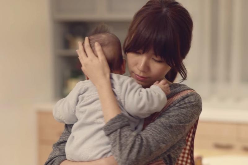 為什麼很多爸爸總覺得媽媽在家很閒?其實帶孩子很辛苦,很難跟別人說啊!(示意圖非本人/取自youtube)