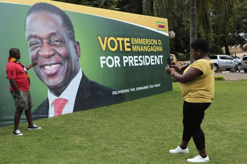 辛巴威總統穆加納瓦上任後推行多項政治改革。(美聯社)