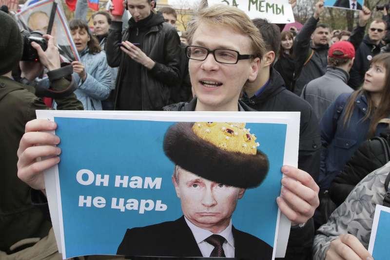 20180507-俄羅斯總統普京就職,民眾示威抗議,舉著「他不是我們的沙皇」標語。(美聯社)