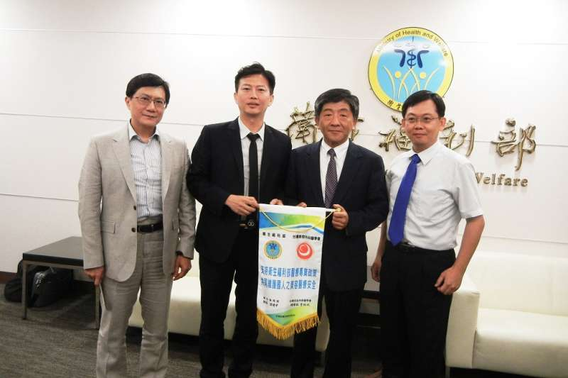 台灣美容外科醫學會2017年拜會衛福部長陳時中,雙方共同宣示致力為民眾醫療安全把關。(圖/台灣美容外科醫學會提供)