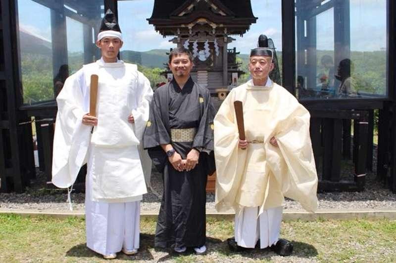 黃俊瑜(左)成為首位台籍神道教神官。(圖/高士神社社務所@facebook)