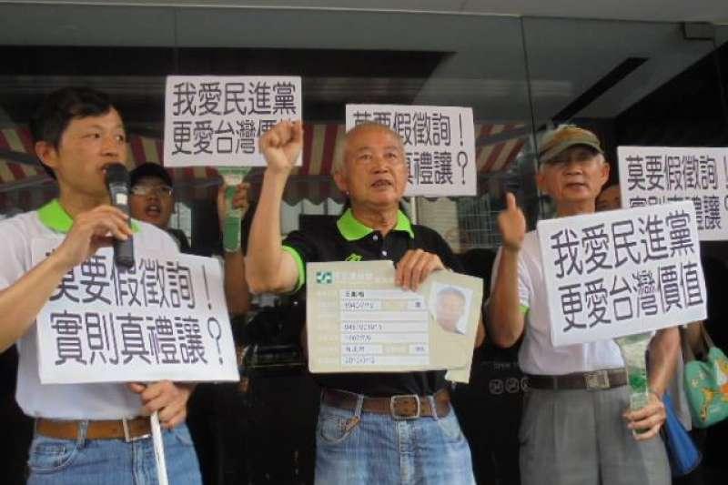 民進黨選對會7日啟動台北市長提名的徵詢作業,「台灣國」創辦人王獻極上午與獨派人士前住呂秀蓮辦公室,向來訪的民進黨選對會抗議,嗆聲如果再禮讓柯文哲,就「割袍退黨」,撕毀黨證。(取自王獻極臉書)
