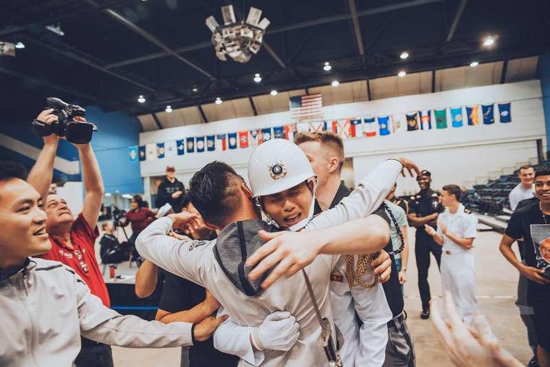 20180507-代表台灣赴美參加「世界儀隊錦標賽」的海軍儀隊上兵蘇祈麟,6日闖入八強決賽後,7日公布比賽結果,蘇祈麟最終收穫第四名,優異的操槍能力讓他得到以大會創辦人為名的特別獎項。(取自軍聞社,由Triangle Studio三角鐵影像工作室提供)