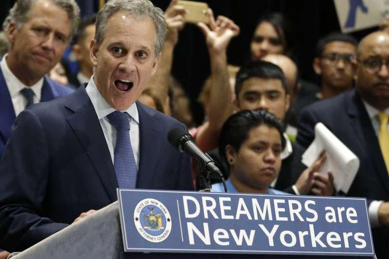 美國紐約州檢察長施奈德曼被控曾對女友施暴,黯然下台(AP)