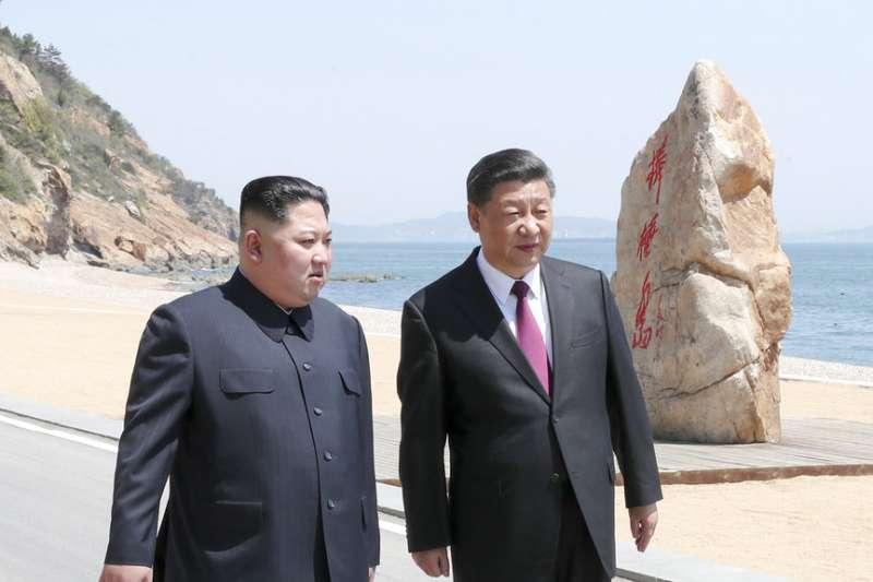 2018年5月7日與8日,北韓最高領導人金正恩再度訪問中國,與中國國家主席習近平在大連海灘漫步。(AP)