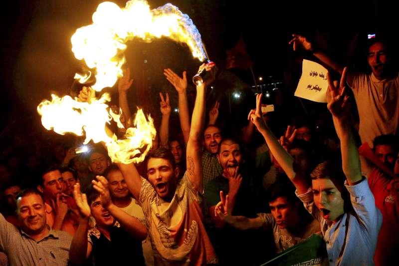 2015年7月,伊朗與6國簽署核子協議,民眾上街慶祝(AP)