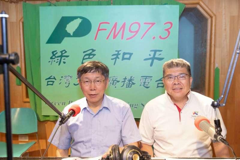 台北市長柯文哲(左)接受綠色和平電台節目專訪,一句道歉惹來風波。(北市府提供)