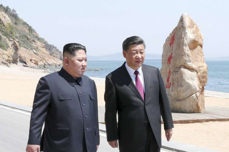 金正恩再次赴中國拜會習近平,兩人在大連海邊散步談話。(美聯社)