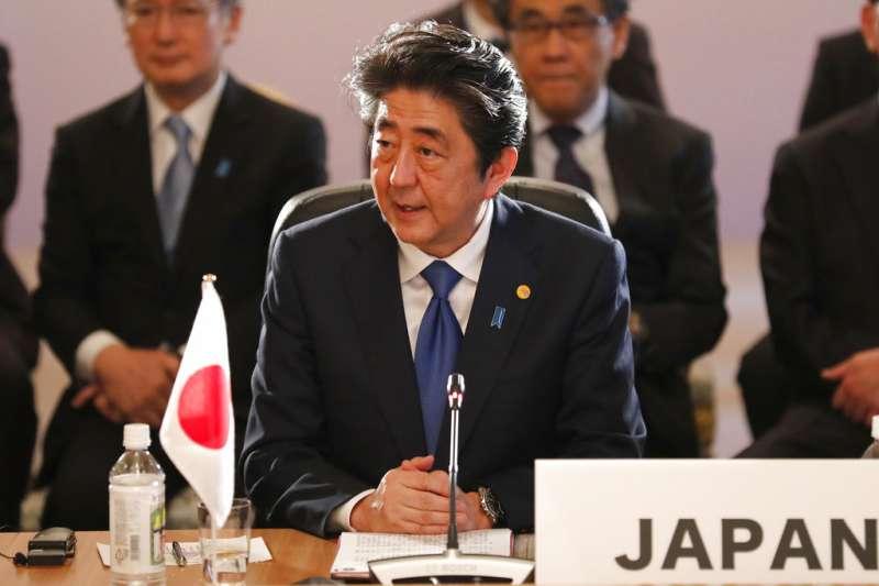 中日韓領導人會議9日在東京召開,安倍晉三發言。(美聯社)