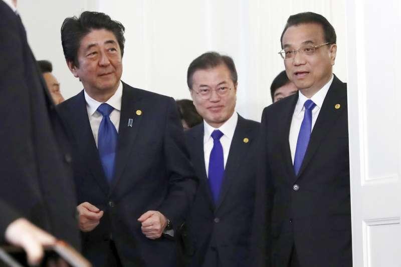 中日韓領導人會議9日在東京召開,安倍晉三、文在寅、李克強三人正步入會場。(美聯社)