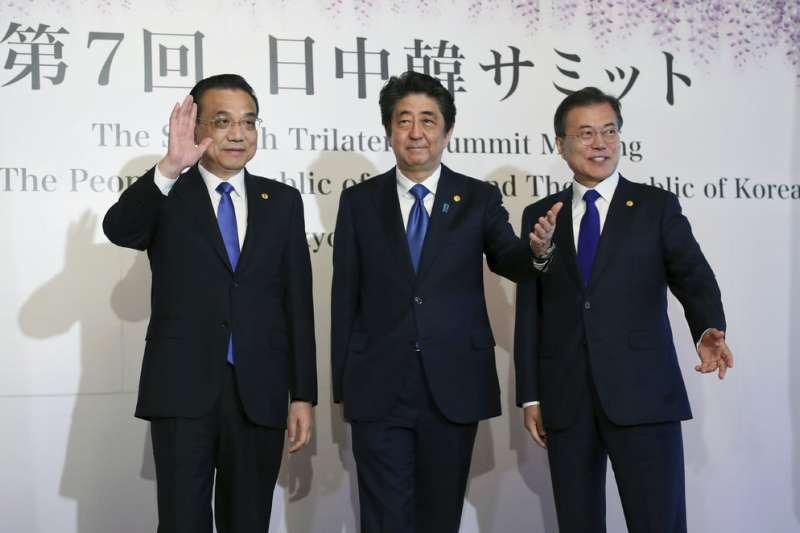 中日韓領導人會議9日在東京召開,安倍晉三、文在寅、李克強三人留下合影。(美聯社)
