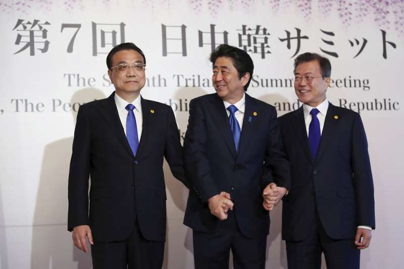 中日韓領導人會議9日在東京召開,安倍晉三、文在寅、李克強三人合影。(美聯社)