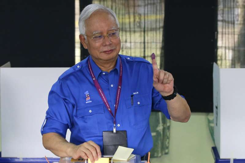 20180509-2018年5月9日,馬來西亞舉行國會大選,總理納吉上午前往投票所投票。(美聯社)