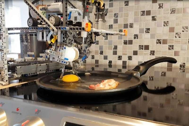 日本樂高狂人用樂高打造全自動早餐機,打蛋、煎蛋、炒蛋、煎培根通通難不倒它,不用起床就有熱騰騰早餐吃。(圖/取自 YouTube,智慧機器人網提供)