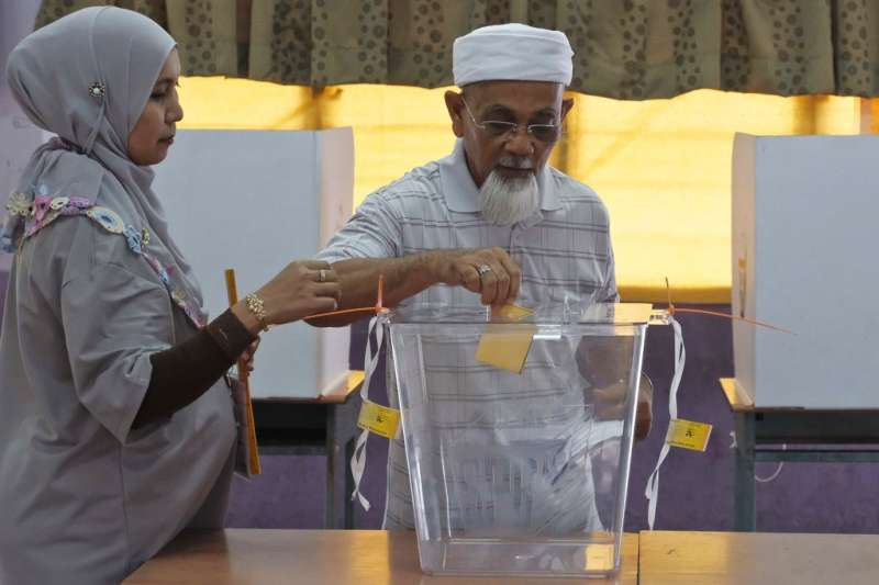 2018年5月9日,馬來西亞舉行國會大選,民眾在投票所投票。(AP)