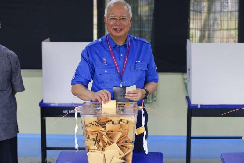 2018年5月9日,馬來西亞舉行國會大選,總理納吉上午前往投票所投票。(AP)