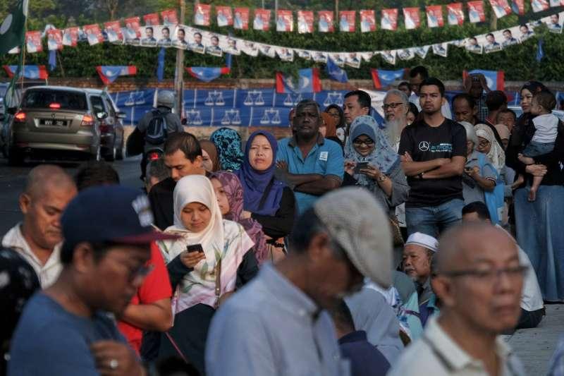 2018年5月9日,馬來西亞舉行國會大選,民眾一早就在投票所排隊投票。(AP)