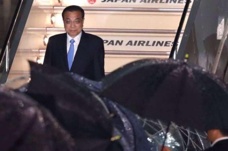 5月8日,李克強在雨中抵達日本。(BBC中文網)