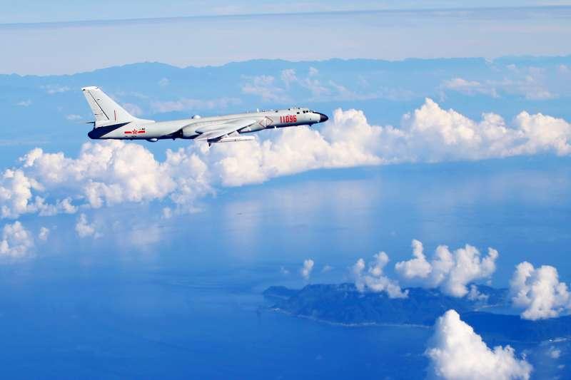 中國空軍戰機轟-6K海上訓練(新華社)
