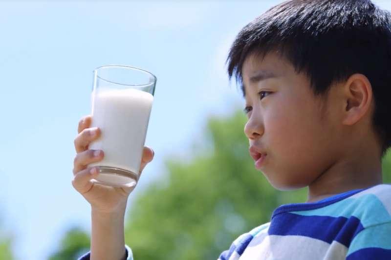 牛奶中含有許多種常引起過敏的蛋白質,其中以酪蛋白(casein)、乳蛋白素(α-lactalbumin) 及乳球蛋白抗体 (β-lactoglobulin)為最主要的過敏原。(示意圖非本人/翻攝自youtube)