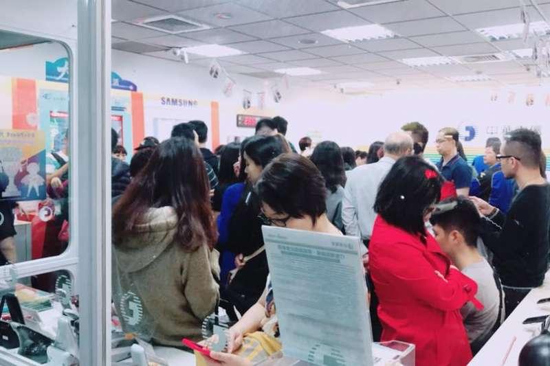 中華電信部分門市等候人數逾百人,民眾和工作人員都吃不消。(取自靠北電信業奧客)